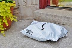 Pacote enviado da casa entregado à entrada da casa do cliente imagens de stock