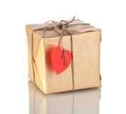 Pacote pequeno com etiqueta heart-shaped em branco fotos de stock royalty free