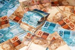 Pacotes brasileiros do dinheiro com 100 e 50 notas dos reais Fotografia de Stock