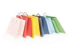 Pacotes coloridos do presente que estão na neve Foto de Stock Royalty Free