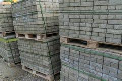 Pacotes com pavimentação de telhas no canteiro de obras fotografia de stock royalty free