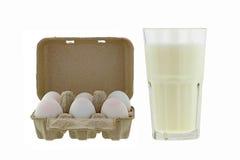 Pacotes da bandeja do ovo da celulose de ovos frescos ao lado do vidro dos fres Fotografia de Stock