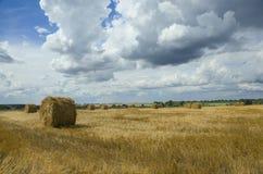 Pacotes da palha no campo vazio após o tempo de colheita foto de stock royalty free