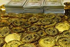 Pacotes da pilha de 100 cédulas dos dólares americanos e das moedas de ouro foto de stock royalty free