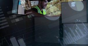 Pacotes de carregamento do trabalhador do armazém na parte de trás de uma camionete de entrega 4k video estoque