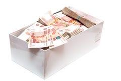 Pacotes de dinheiro do russo em uma caixa Imagens de Stock