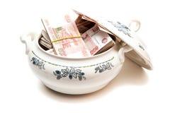 Pacotes de dinheiro do russo na terrina de sopa Fotografia de Stock