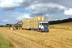 Pacotes de feno da carga em um caminhão Imagem de Stock Royalty Free