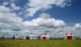 Pacotes de Mongolia sob o céu azul e as nuvens brancas Imagens de Stock