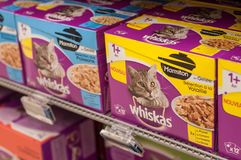 Pacotes de Whiskas o tipo francês da comida de gato no supermercado de Cora Foto de Stock