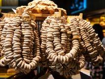 Pacotes do açúcar de bagels na feira Feche acima da pastelaria recentemente cozida Represente tomado na feira da mola no mercado imagens de stock