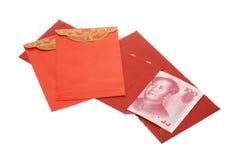 Pacotes do ano novo e notas vermelhos chineses de renminbi Fotos de Stock