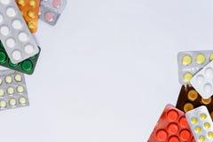 Pacotes dos comprimidos em um fundo branco com um lugar para a inscrição foto de stock