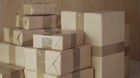 Pacotes postais Caixas do ardboard do ¡ de Ð da mercadoria para a expedição aos destinos internacionais video estoque