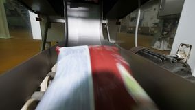 Pacotes selados com as microplaquetas que movem-se no transporte automatizado video estoque