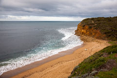 Pacyficznego oceanu wybrzeże pod chmurnym niebem tuż po burzą, zdjęcie royalty free