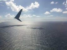 Pacyficzny ocean i chmury blisko Hawajskich wysp - widok od Samolotowego okno Zdjęcie Stock