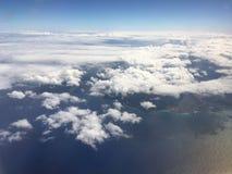 Pacyficzny ocean i chmury blisko Hawajskich wysp - widok od Samolotowego okno Zdjęcia Stock