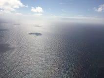 Pacyficzny ocean i chmury blisko Hawajskich wysp - widok od Samolotowego okno Obraz Stock