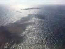 Pacyficzny ocean i chmury blisko Hawajskich wysp - widok od Samolotowego okno Obrazy Stock