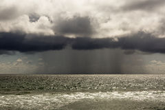 Pacyficzny ocean podczas burzy Plażowy krajobraz w U S w złej pogodzie Obrazy Stock