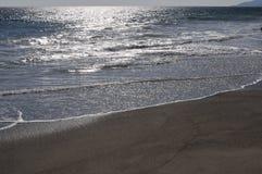 Pacyficzny ocean z błyszczenia słońcem na piasku Zdjęcie Royalty Free