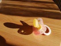 Pacyfikator czerwień na drewnianym stole zdjęcie stock