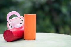 Pacyfikator dla dziecka i drewna zabawki zdjęcie stock