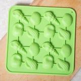 Paczka czekolada tworzy dla domowej roboty cukierków na neutralnym backgr Zdjęcia Royalty Free