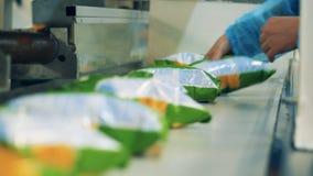 Paczki chipsy dostają usuwali od konwejeru paska zbiory