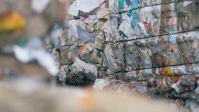 Paczki papieru odpady, zamykają up Naciskający papier pakuje przy specjalną fabryką dla przetwarzać zbiory wideo