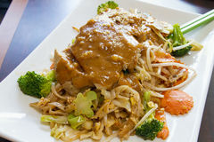 Pad Thai Noodles with Chicken and Peanut Sauce Royalty Free Stock Photos