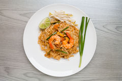 Pad Thai, Stir-fried rice noodles with shrimps Royalty Free Stock Photos