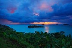 Padać chmury i słońca ustalonego niebo za koh Chang wyspą w trata p Obraz Royalty Free