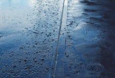 Pada, jesień dzień, pogodowy tło i krople, - kałuża zdjęcie stock