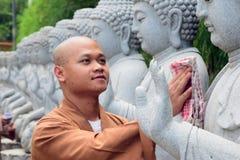 Pada membersihkan Hari Waisak de bersih de Bouddha de patung de Biksu Photographie stock libre de droits