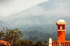 Pada, mgła & światło słoneczne na kominowym garnku Zdjęcie Royalty Free