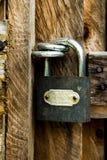 Padalock dans une porte en bois Photos libres de droits