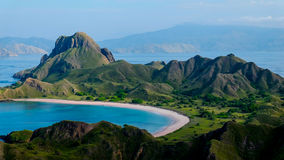 Padar海岛秀丽海滩风景从小山的 图库摄影