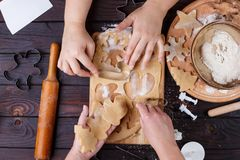 Padaria do Natal Amigos que cortam cookies da massa do pão-de-espécie, imagens de stock royalty free