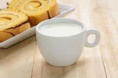 Padaria e leite na tabela de madeira fotografia de stock