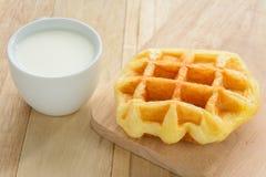 Padaria e leite na tabela de madeira fotografia de stock royalty free