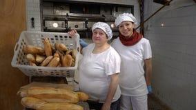 Padaria italiana tradicional Padeiros da mamã e da filha em sua própria padaria filme
