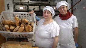 Padaria italiana tradicional Padeiros da mamã e da filha em sua própria padaria vídeos de arquivo