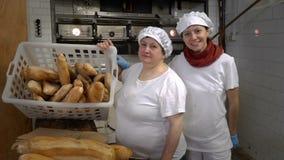 Padaria italiana tradicional Padeiros da mamã e da filha em sua própria padaria video estoque