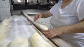 Padaria italiana tradicional Um padeiro da mulher prepara o pão cozendo video estoque