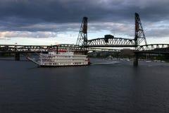 Paddel-Boot, das Brücke verlässt Stockbild