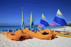 Paddel-Boote und Segel-Boote auf dem Strand von einem Cari Lizenzfreie Stockfotografie