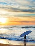 Paddel, das bei Sonnenuntergang, Portugal surft lizenzfreie stockfotografie