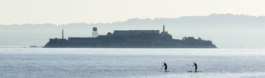 Paddel Internatsschüler und Alcatraz Stockfotografie